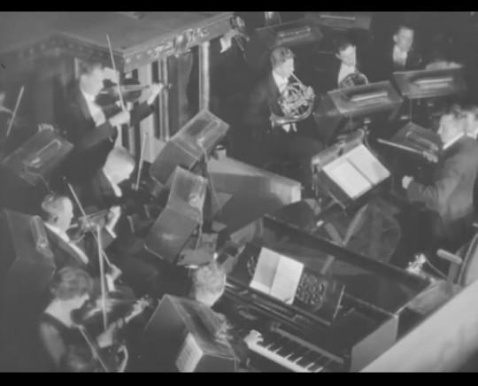 Kvinnliga biografmusiker ingår i orkestern på den nya skandiabiografen. Ur filmen Skandiabiografen (1923).