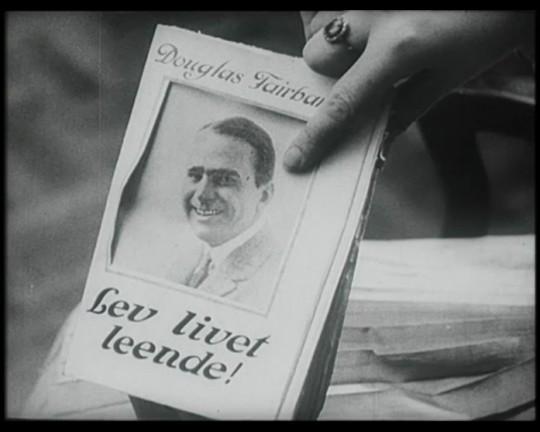 Ur filmen Lev livet leende (1921)