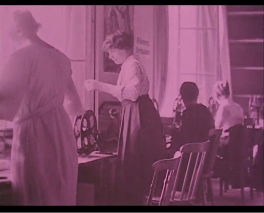 Ur filmen Skandinaviska Filmcentralen (1925).