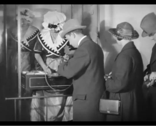 Kvinnliga biljettförsäljerskor på Skandiabiografen. Ur filmen Skandiabiografen (1923)