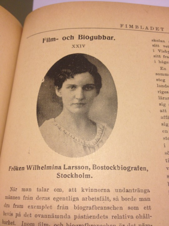 """En kvinnlig """"biogubbe"""" porträtterad i Filmbladet 4.3 (1918)."""